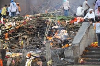 160927 025 Varanasi - Ganges ghats cremation