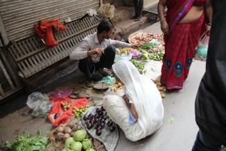 160929 024 Delhi - Back lanes vegetable vendor