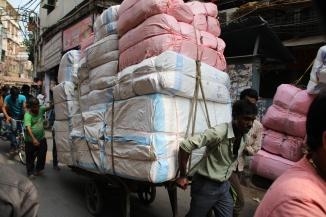 160929 031 Delhi - Back lanes loaded trolley