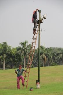 160929 055 Delhi - Raj Ghat replacing lamp